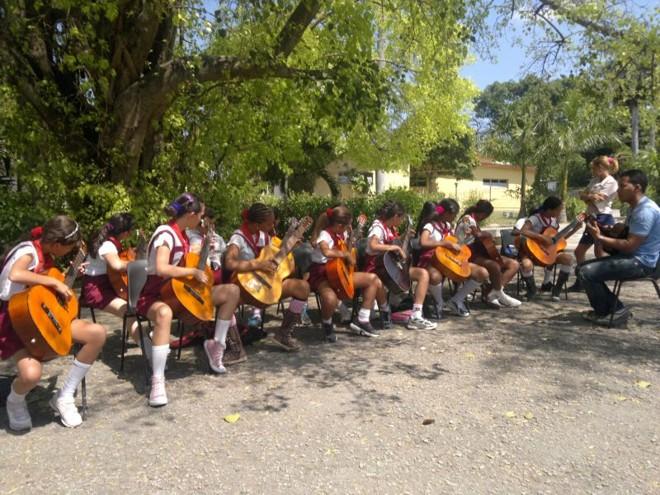 Alunos da Escola Primária República Federativa do Brasil, na periferia de Havana, fazem apresentação pública durante uma aula de educação musical   Célio Martins/ Gazeta do Povo
