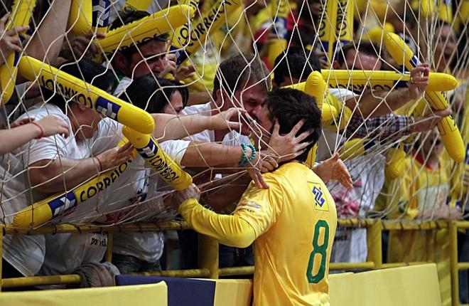 Estreante, o paranaense Zico comemora com a família o primeiro gol dele pela seleção de futsal   Christian Rizzi / Gazeta do Povo