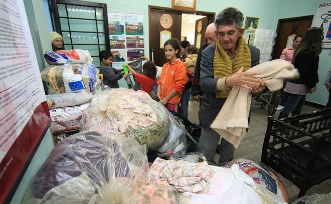 Anualmente, a campanha do agasalho recolhe roupas e cobertores para as pessoas mais necessitadas. Na foto, de 2012, o Lar São João Batista, em Curitiba, recebe parte das doações da campanha | Ivonaldo Alexandre/Gazeta do Povo