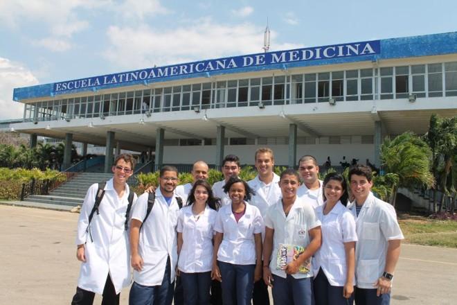 Jovens vindos de famílias pobres no Brasil conseguiram vaga para cursar Medicina em Cuba. Hoje o grupo soma 594 estudantes   Célio Martins/ Gazeta do Povo