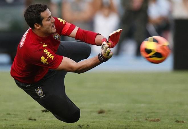 Dispensando na Inter de Milão e rebaixado pelo Queens Park Rangers, Julio Cesar vê na convocação da seleção uma oportunidade para retomar a carreira | Sergio Moraes / Reuters