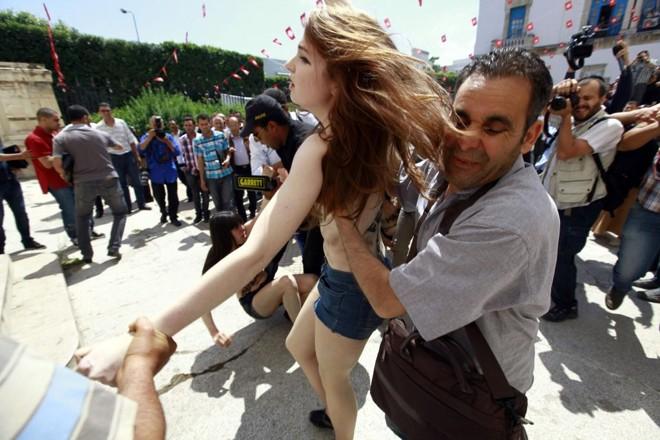 Ativistas foram presas durante protesto em que estavam seminuas   Anis Mili / Reuters
