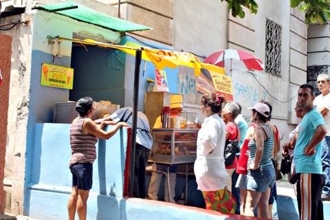 Lanchonete improvisada em Vedado, bairro de Havana onde os pequenos negócios não estatais se multiplicam   Célio Martins/Gazeta do Povo
