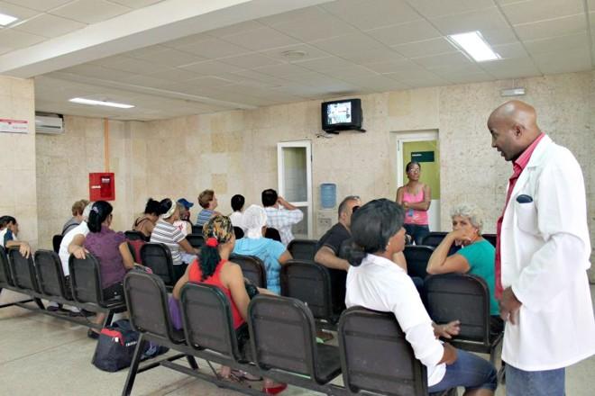 Pacientes e familiares em sala de espera no Instituto Nacional de Oncologia e Radiobiologia, em Havana   Célio Martins/Gazeta do Povo
