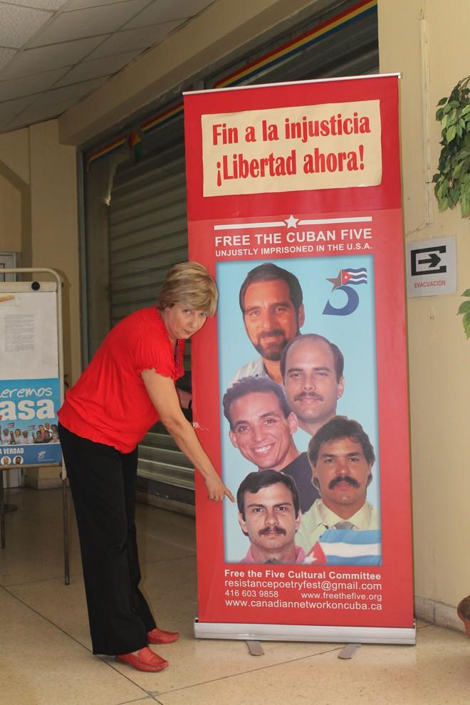 Rosa Aurora Freijanes mostra foto do marido, Fernando Gonzales, preso há 15 anos nos Estados Unidos   Célio Martins/Gazeta do Povo