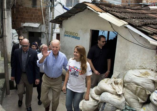 O vice-presidente dos EUA passou 45 minutos na favela de Santa Marta, no Rio, onde conversou com moradores e policiais | Victor R. Caivano/Efe