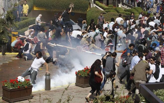 Polícia conteve protesto com gás lacrimogênio e canhões de água | Osman Orsal / Reuters