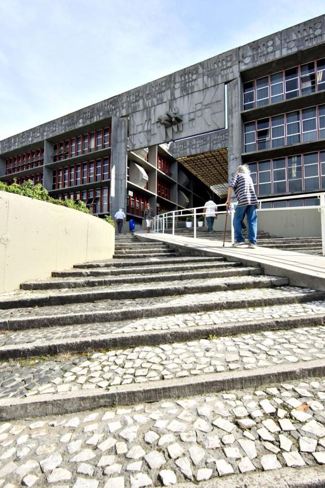 Prédio da Paranaprevidência: aporte de recursos para pagar aposentados e pensionistas em 2014 pode chegar a R$ 5,4 bilhões, mais do que o estado dispõe para investir em obras | Aniele Nascimento/ Gazeta do Povo