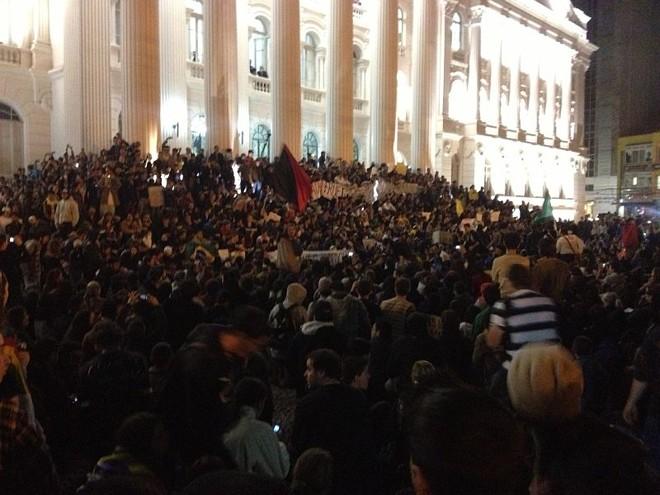 Manifestantes lotaram a escadaria do prédio histórico da UFPR, na Praça Santos Andrade |