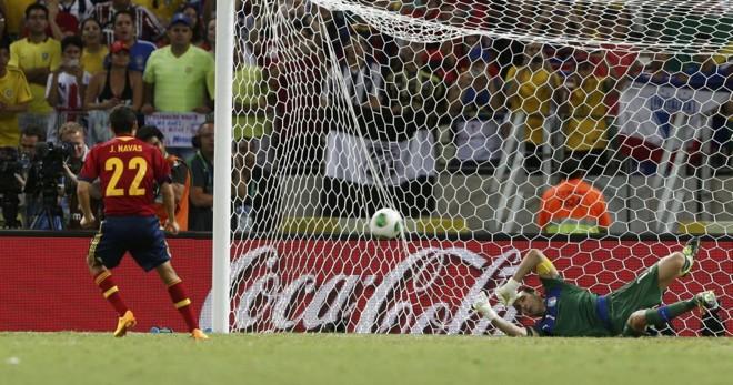 Navas observa a bola entrar na decisão por penalidades máximas | Reuters