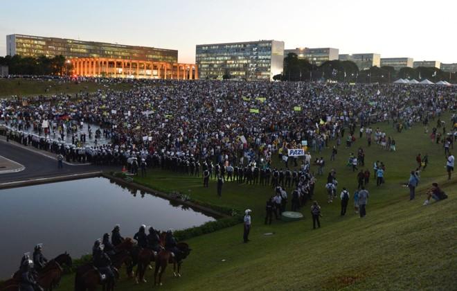 Multidão na Esplanada dos Ministérios, em Brasília, nesta quinta-feira (20) |