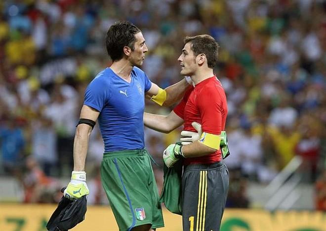 Buffon cumprimenta Casillas após semifinal: goleiro espanhol foi eleito o melhor jogador contra a Itália | Srdjan Suki / EFE