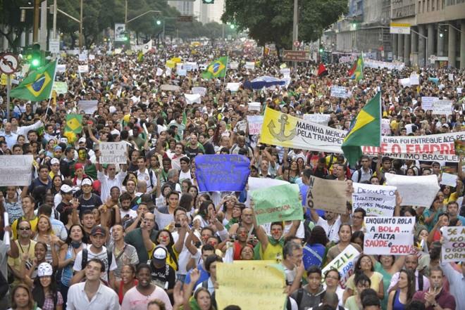 Manifestante cantam e carregam cartazes em protesto no Rio |
