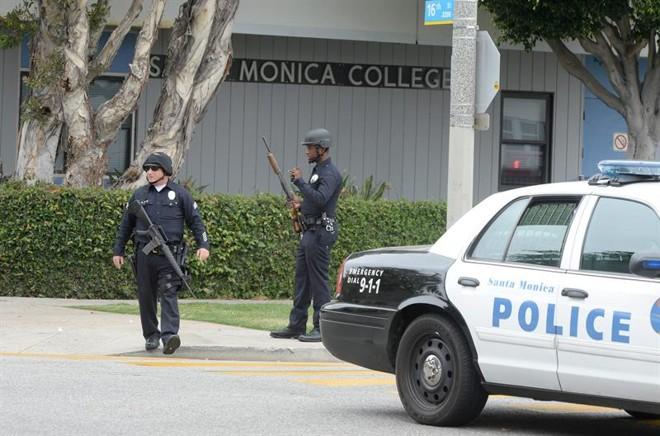 Policiais em Santa Monica, na California, após o tiroteio desta sexta-feira (7) | Michael Nelsonb/EFE/EPA