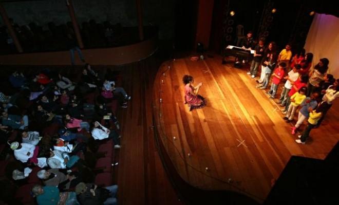 Crianças participam do espetáculo Música para Todos, no Theatro Municipal de Antonina, na edição de 2012. | Felipe Rosa / Gazeta do Povo