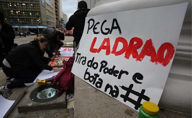 No fim da tarde desta segunda-feira (17), manifestantes já preparavam cartazes e faixas de protesto no Centro de Curitiba |