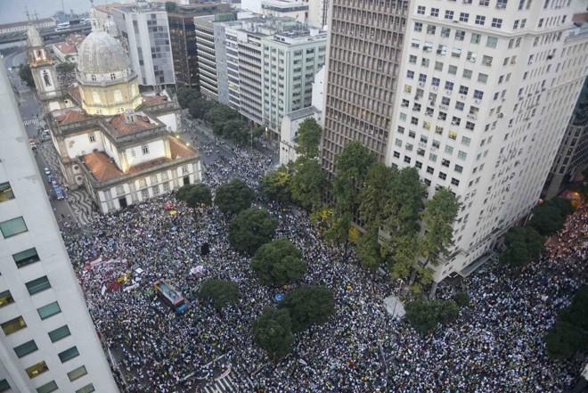 Protesto reúne 300 mil pessoas no Centro do Rio de Janeiro |