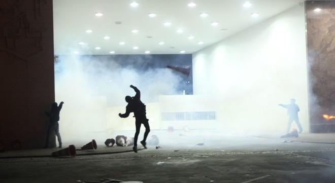 Manifestantes no Palácio Iguaçu em meio à fumaça das bombas lançadas pelos policiais | Daniel Castellano/Gazeta do Povo