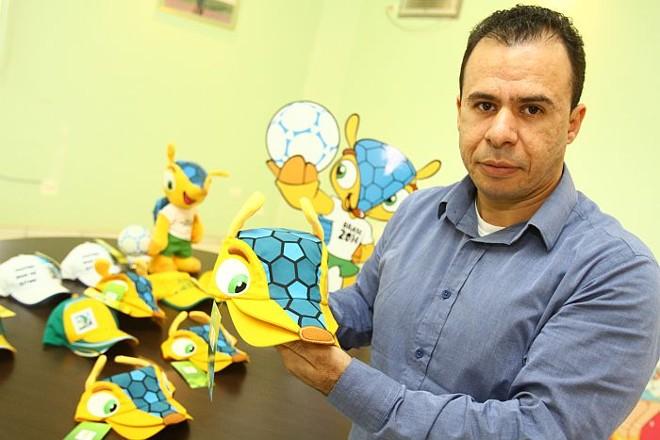 Davu Felix de Souza, gerente industrial da Boneleska - empresa enviou mais um lote com 1,8 mil unidades para serem vendidas na final da Copa das Confederações   Roberto Custódio / Jornal de Londrina