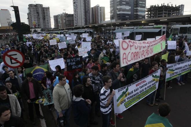 A manifestação em Maringá começou por volta das 17 horas no Terminal Urbano e seguiu pelas principais vias da cidade | Ivan Amorin