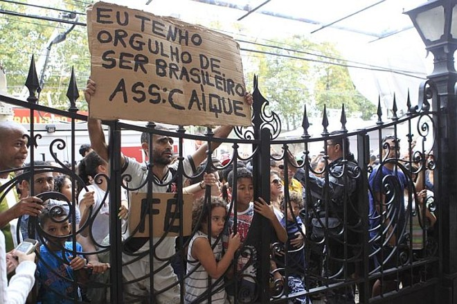 Torcida foi barrada no portão de São Januário de entrar no treino da seleção | Albari Rosa / Gazeta do Povo