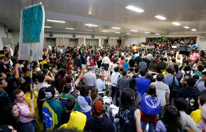 Pressionados pelos manifestantes, os vereadores assinaram o pedido de abertura da investigação durante sessão | Divulgação / CMM / Marquinhos Oliveira