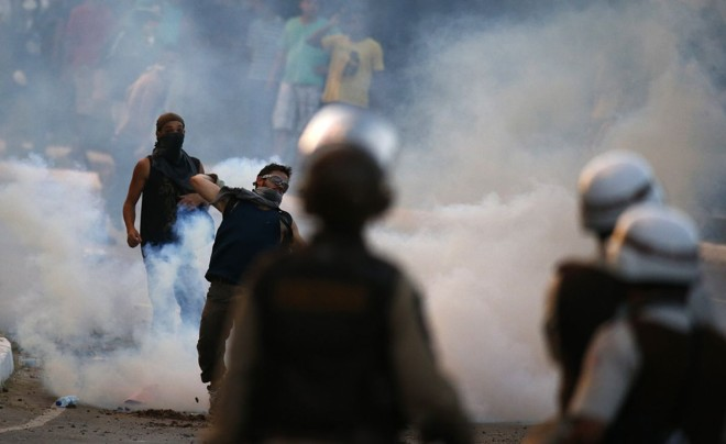 Em Salvador, polícia atira bombas de gás para evitar aproximação do estádio |