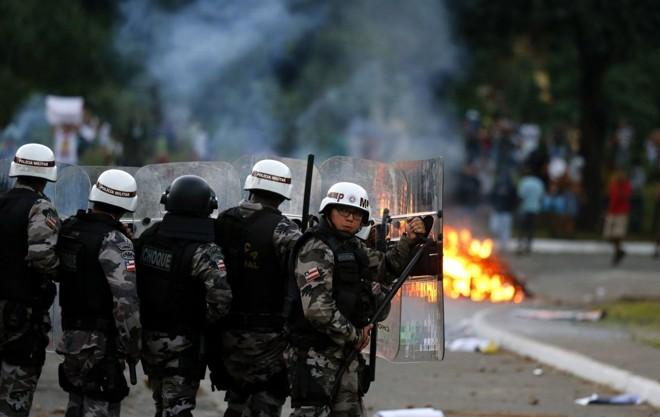 Polícia entra em confronto com manifestantes em Salvador |