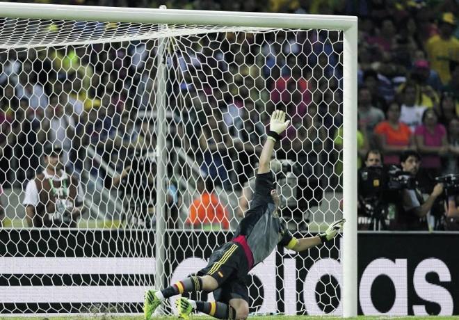Casillas salta e vê o pênalti cobrado pelo italiano Bonucci ganhar os ares em Fortaleza | Ivan Alvarado/ Reuters