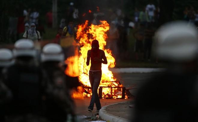 Polícia tenta manter manifestantes longe da arena Fonte Nova, em Salvador |