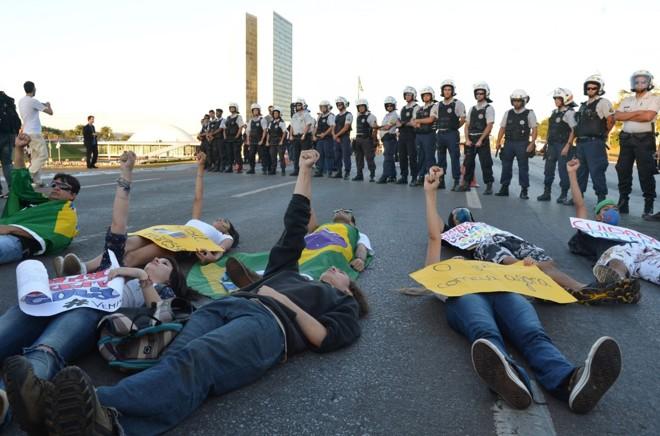 Manifestantes na Esplanada dos Ministérios, em Brasília, protestam contra os gastos públicos na Copa das Confederações e pelo mau uso das verbas em educação e saúde |