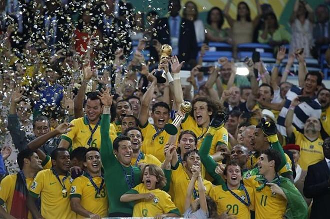 Capitão Thiago Silva ergue o troféu de campeão da Copa das Confederações de 2013   Albari Rosa / Gazeta do Povo