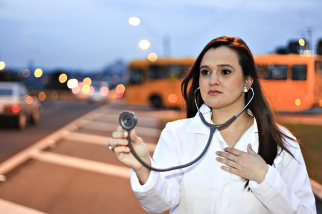 A médica Ana Helena Bessa Gonçalves Vieira , de 26 anos, optou por trabalhar em Curitiba, em vez de voltar para Jacarezinho, cidade onde nasceu | Daniel Castellano/Gazeta do Povo