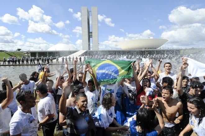 Manifestantes da UNE na frente do Congresso: pressão para que o Senado resgate projeto do Planalto sobre royalties para a educação | Geraldo Magela/Ag. Senado