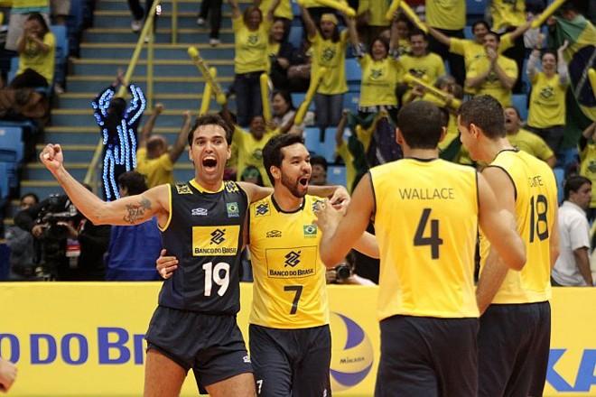 Jogadores do Brasil comemoram vitória sobre a França no Ginásio do Ibirapuera, em São Paulo | Alexandre Arruda / CBV