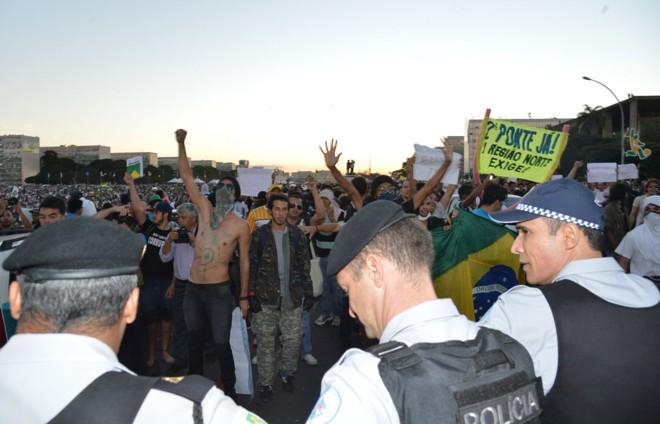 Policiais monitoram a multidão em Brasília |
