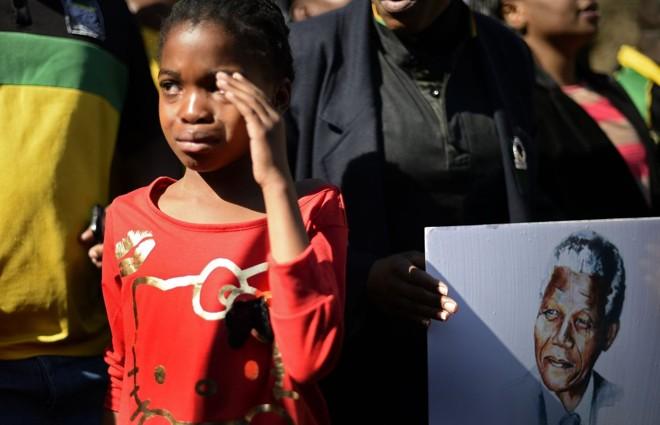 Menina chora do lado de fora do hospital onde está internado o ex-presidente sul-africano Nelson Mandela | Reuters/Dylan Martinez