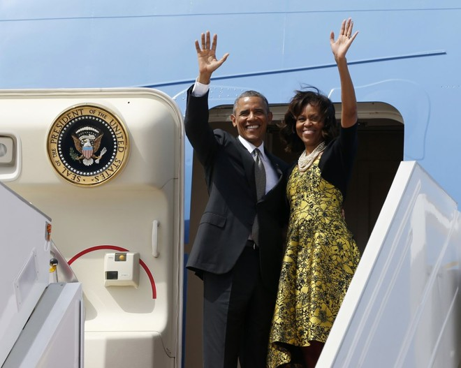 Obama e Michelle acenam ao embarcar no Air Force One para deixar Dacar, no Senegal | Reuters/Jason Reed