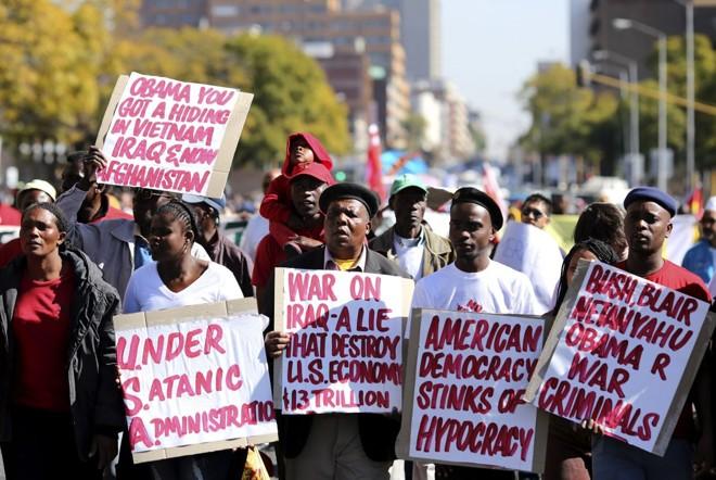 Manifestantes sul-africanos protestam contra Barack Obama nas proximidades do hospital onde está internado Nelson Mandela | Reuters/Siphiwe Sibeko