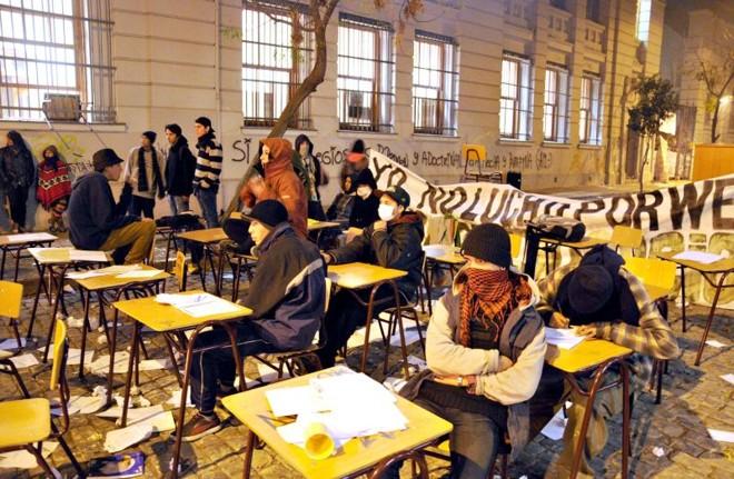 Grupo de jovens estudantes protesta na madrugada do Chile | Ariel Marinkovic/Efe