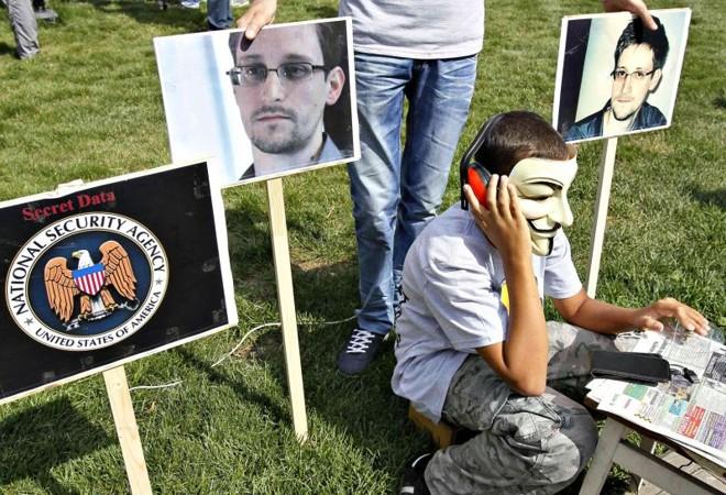 Ativistas políticos da Ucrânia participam de manifestação em apoio ao delator norte-americano Edward Snowden, em Kiev | Gleb Garanich/Reuters