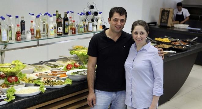 Sirlei e o marido, Gilberto: antes de abrir restaurante, empresária pesquisou o bairro e o público | Irene Roiko/Gazeta do Povo