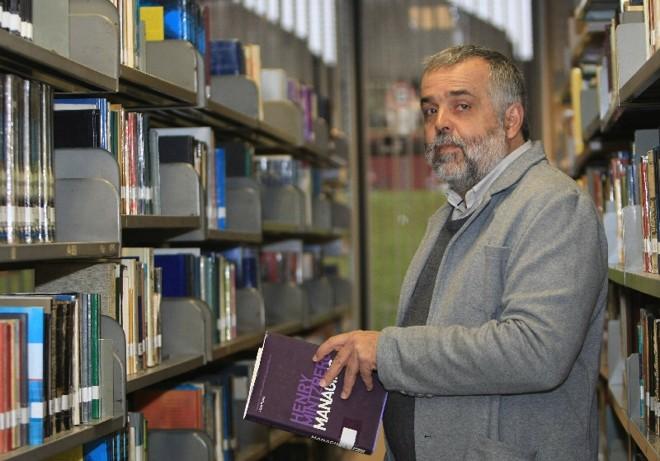 Em 70 dias, o professor Fernando Gimenez arrecadou R$ 7,4 mil com 214 apoiadores. Dinheiro vai bancar um livro   Aniele Nascimento/ Gazeta do Povo