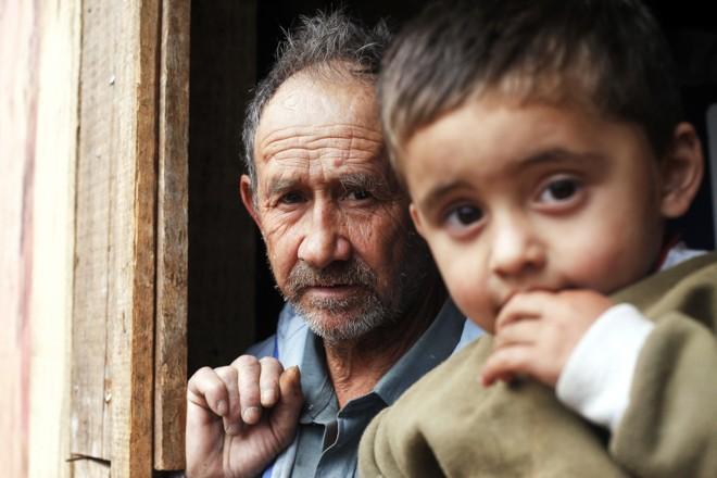 Avô e neto observam os
