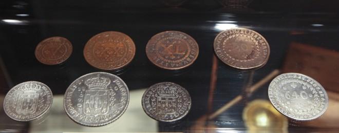 Raridades como moedas que circularam no período colonial no século 17 atraem olhares dos curiosos |