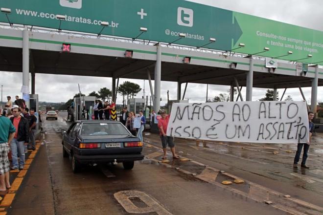 Protesto contra o valor da tarifa na praça da Ecocataratas, no Oeste do estado, no último sábado: investimento abaixo do esperado | Christian Rizzi/ Gazeta do Povo