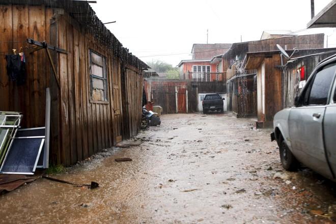 Na Vila Rose, barracos continuam a proliferar às margens do rio |