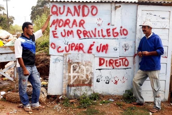 Frase estampada em barraco resume o sentimento dos moradores da ocupação Primavera | André Rodrigues/Gazeta do Povo