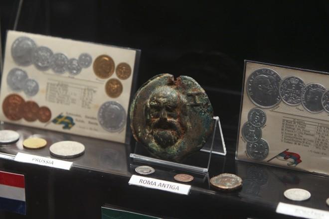 A exposição traz ainda moedas estrangeiras antigas, como essas de Roma Antiga |