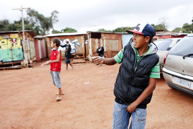 Meninos disputam guerra de pipas na Ocupação Primavera |
